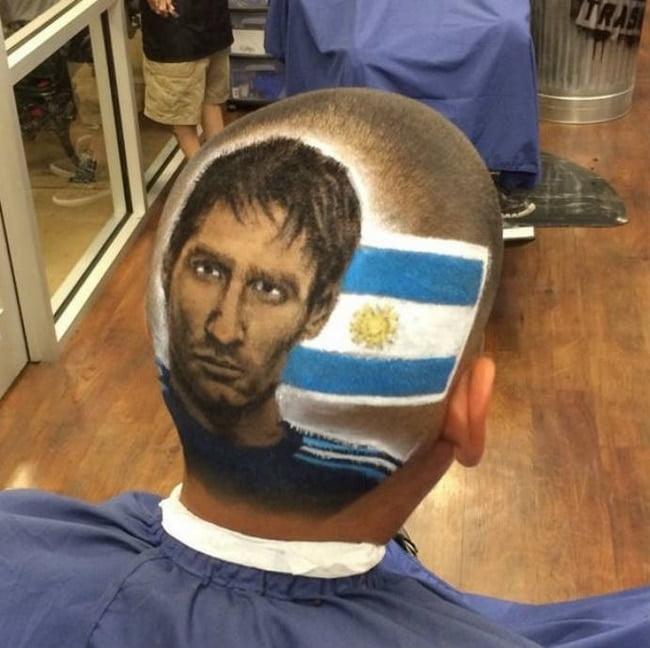 Barbeiro EUA desenha rostos dos jogadores da copa nas cabeças dos clientes HQSC 2