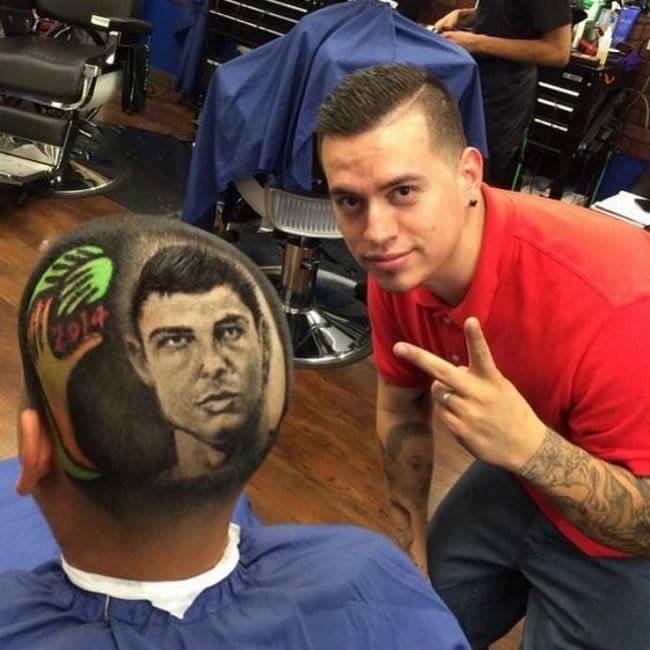 Barbeiro EUA desenha rostos dos jogadores da copa nas cabeças dos clientes HQSC 3