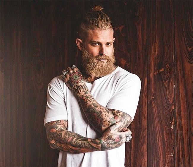 Cortes de cabelo masculino em alta Homens que se cuidam Lateral raspada + barba grande 3