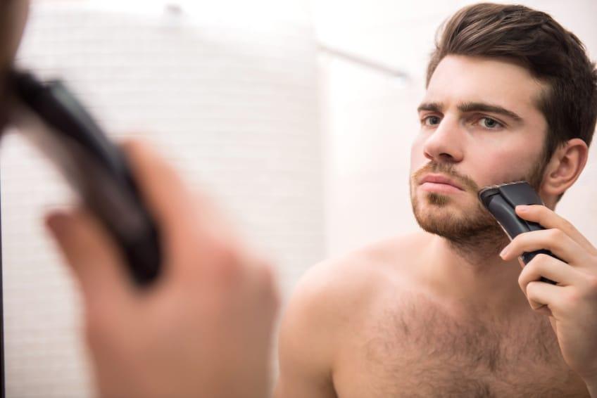 homem se barbeando homens que se cuidam