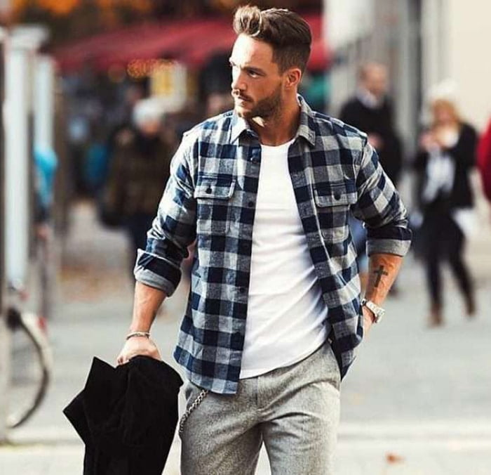 c9c1220e7 A camisa xadrez masculina flanelada é super confortável e o difícil é  querer não vestir uma. Tons de cinza e azul são um clássico pra esse modelo  mais ...