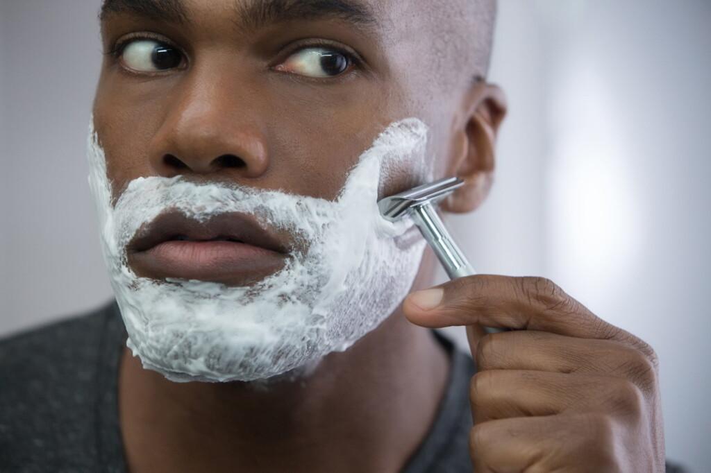 homem se barbeando