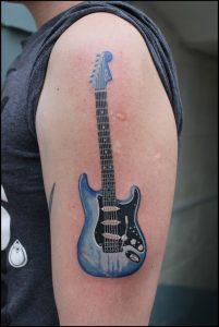 Tatuagem masculina de instrumento musical