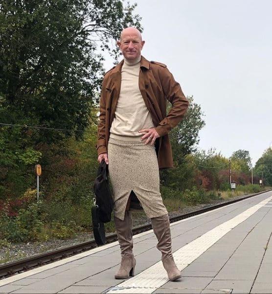 homem usa saia para ir ao trabalho