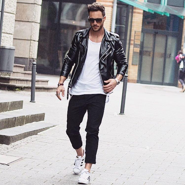 jaqueta de couro com tênis branco