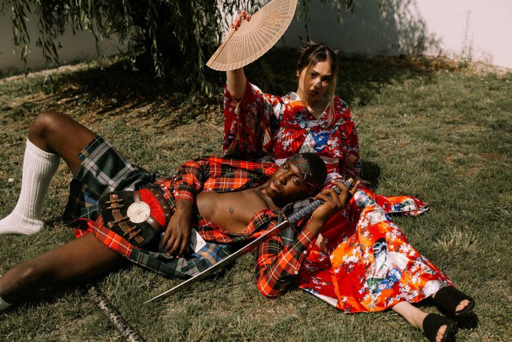 homem deitado com kilt e uma mulher ao lado