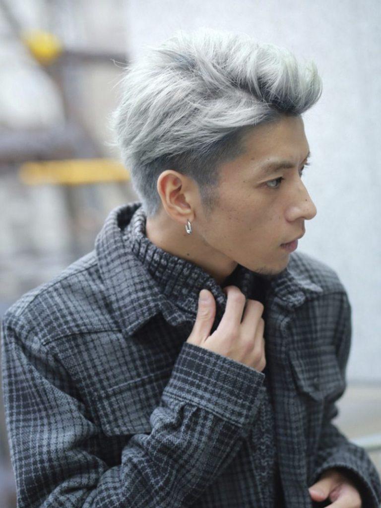 homem com etnia não explícita com cabelo platinado silver