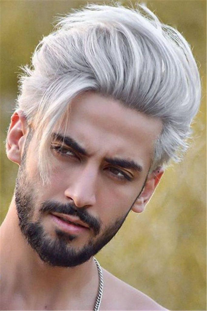 homem branco com cabelo platinado cinza