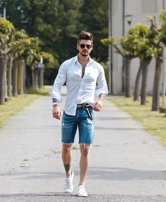 Rapaz branco com  camisa social branca e bermuda jeans