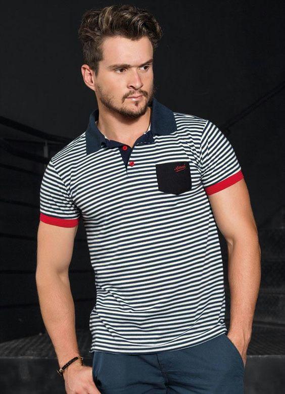 Homem branco com camisa polo masculina listrada com bolso