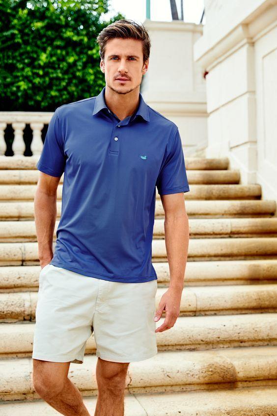 Homem branco com camisa polo azul e bermuda chino clara