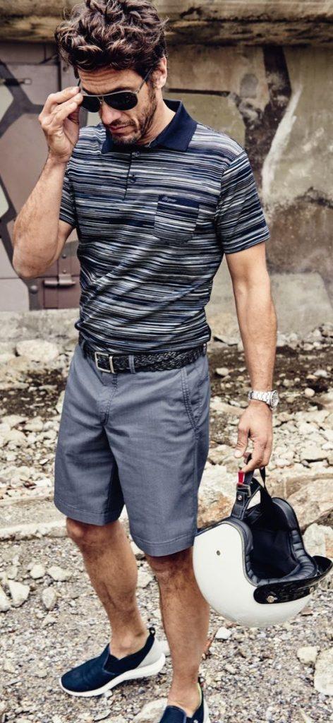 Homem com camisa polo listrada com bolso e bermuda chino