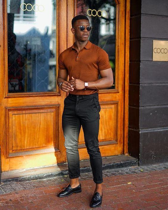 Homem negro de  óculos escuro,  camisa polo masculina caqui e calça  social