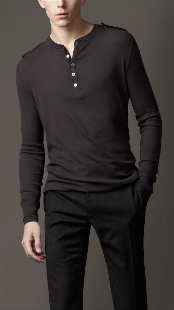 Homem branco com camisa polo de manga comprida