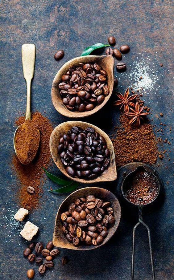 Close em vários tipos de café, do grão até o pó.