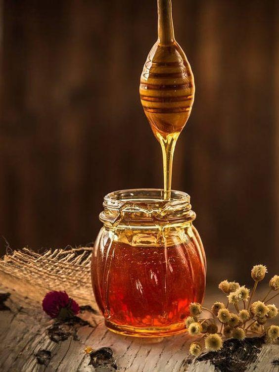 Close em um potinho de mel muito saboroso.