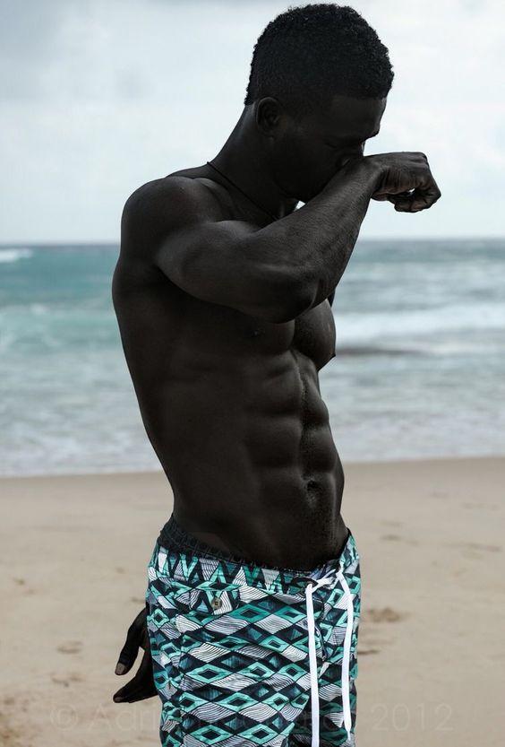Homem negro usando bermuda tactel estampada